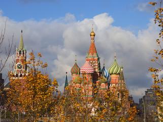 Храм Василия Блаженного и Спасская башня Кремля на Красной площади в Москве.