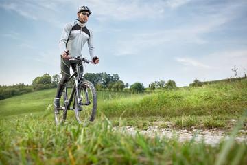 Mountainbiker in grüner Landschaft