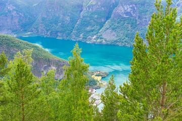 Imposante Berge im Fjord an Norwegens Küste