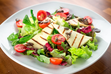 Salad with grilled cheese