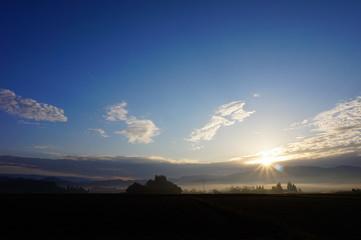 山の日の出 朝の太陽 青空 雲 絶景