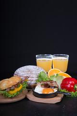 Frühstück auf schwarzem Hintergrund