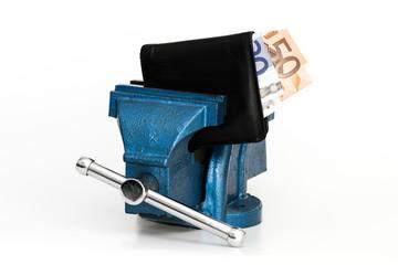Geldbörse in Schraubstock eingespannt