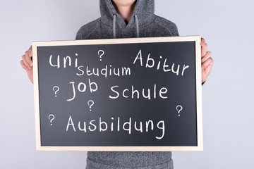 Schüler mit Schild zur Ausbildung Studium Job