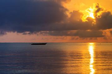 золотой закат солнца на море