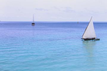 белый парус в бирюзовых водах океана
