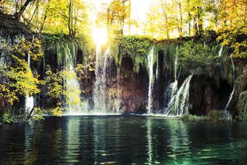 Papiers peints Rivière de la forêt Waterfalls In the sunshine