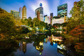 Fotomurales - The Pond by night, as viewed from Gapstow Bridge in Central Park, New York City