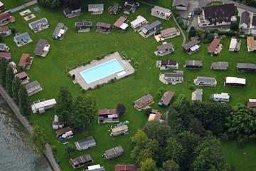 Luftaufnahme eines Campingplatzes mit Schwimmingpool im Mittelpunkt im schweizerischen Steinach am Bodensee