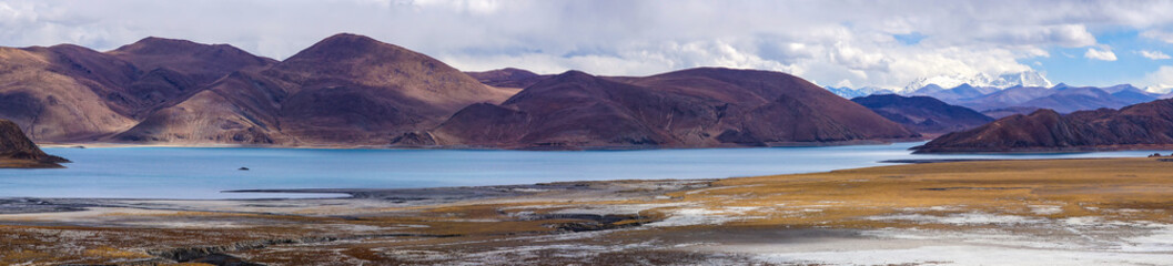 Tuinposter Aubergine Panoramic view of holy lake Yamdrok with snowy mountains in the background- Tibet