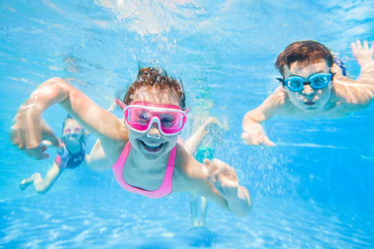 little children   swimming  in pool