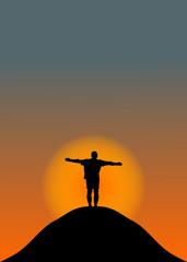 Mann steht auf Berg bei untergehender Sonne