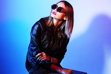 Fashion portrait of young elegant woman in sunglasses. Wall mural