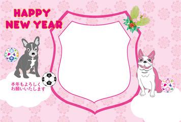 可愛いピンクの犬とサッカーボールのエンブレム型写真フレームの戌年の年賀状テンプレート