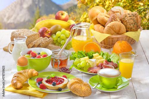 Reichlich Gedeckter Frühstückstisch In Den Bergen U2013 Large Breakfast In The  Mountains