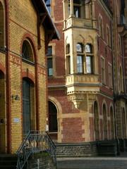 Das ehemalige restaurierte Krafthaus und das alte Hafenamt mit Fassade aus Backstein im Rheinauhafen in Köln am Rhein in Nordrhein-Westfalen
