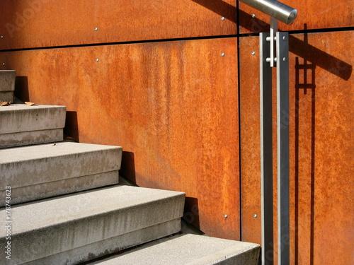 Graue Betontreppe Mit Modernem Geländer Aus Edelstahl Vor Rostiger