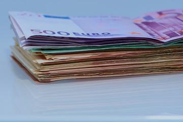 mehrere Euro Banknoten gestapelt