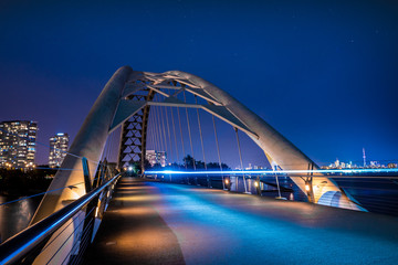 Photo sur Plexiglas Toronto Humber Bay Arch Bridge Toronto Ontario Canada Featuring Long Exposure at Blue Hour