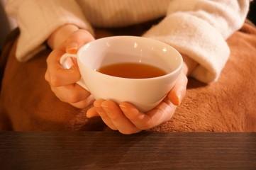 紅茶を持つ女性の手