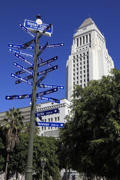 サインポストとロサンゼルス市庁舎