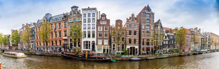 Panorama d'un canal et ses maisons typiques à Amsterdam, Hollande, Pays-bas