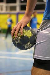jugador de balonmano con el balon en la mano U84A3029-f17