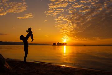夕陽を浴びる親子、宍道湖湖畔にて