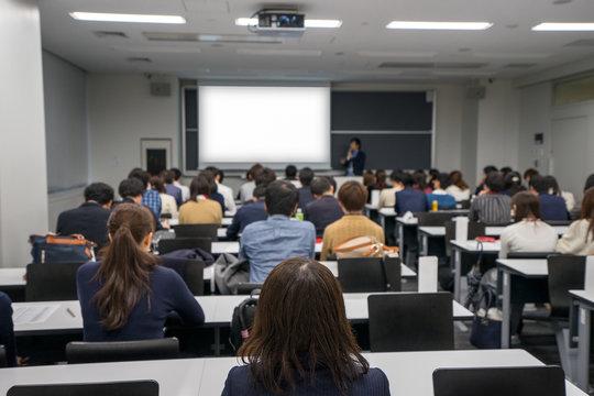 大学の教室でのプレゼンテーションのイメージ