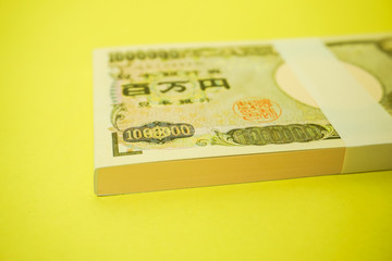 日本円 100万円の札束イメージ(100万円のメモ帳、シンプル素材)黄色背景