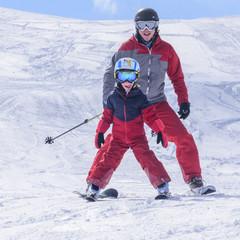 Vater und Sohn haben Spaß auf der Skipiste