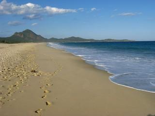 Blick vom Strand zum Capo Ferrato