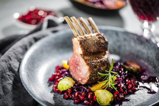 Lammfleisch mit Blaukraut auf dunklelem Hintergrund