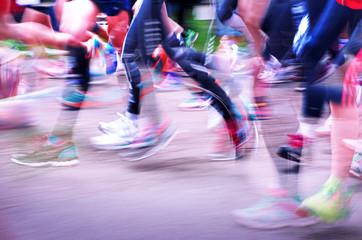 Beine mit Bewegungsunschärfe – Läuferinnen bei Frauenlauf