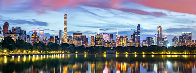 Fototapete - New York City panorama. Jacqueline Kennedy Onassis Reservoir reflects the midtown skyline in Central Park.
