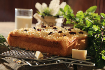 cheese cake with raisins topping and black tea