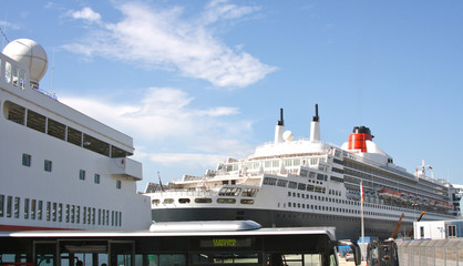 Queen Mary 2 im Hamburger Hafen