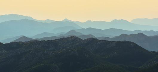 Üst Üste Binmiş Dağlar