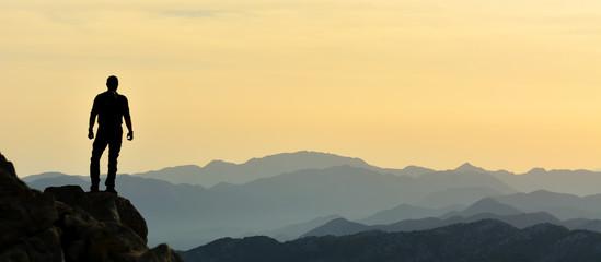 Dağları İzleyen Adam Silueti