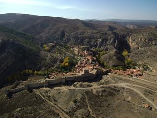 Albarracin desde el aire. Albarracín es una localidad y municipio español del suroeste de la provincia de Teruel, comunidad autónoma de Aragón, España