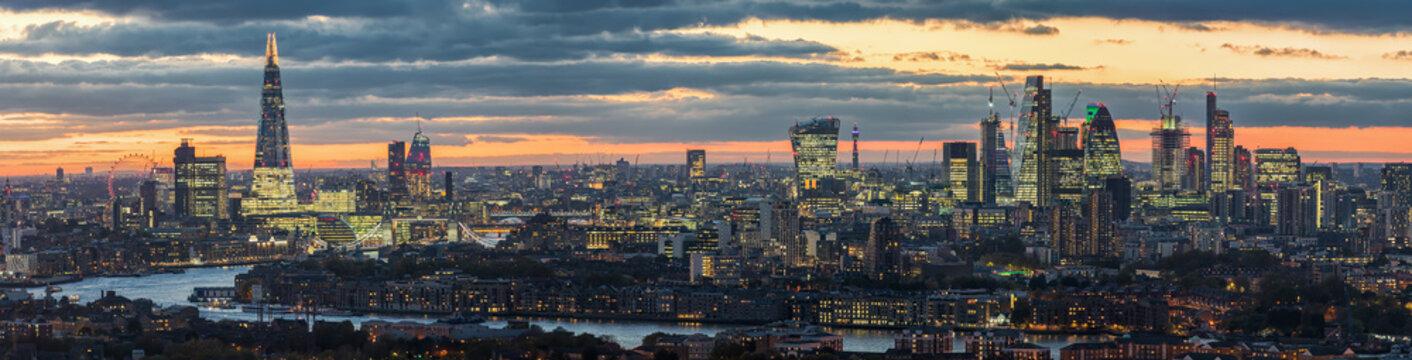 Sonnenuntergang hinter der modernen Skyline von London, Großbritannien