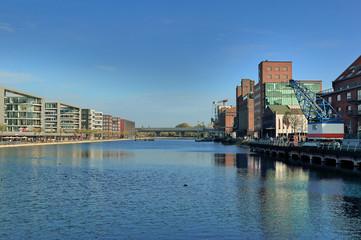 Innenhafen Duisburg, Blick auf neue Bürogebäude