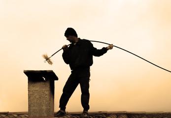 ramoneur sur le toit et cheminée