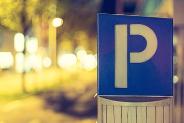 Parkautomat, Straßenrand mit parkenden Autos, Nacht