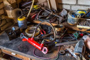 Стол с инструментами в гараже