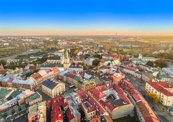 Lublin widziany z powietrza. Krajobraz starego miasta z lotu ptaka, z widocznym Trybunałem koronnym i wieżą Trynitarską.
