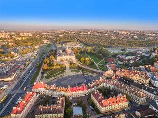 Lublin z lotu ptaka, z widocznym Zamkiem Lubelskim, placem zamkowym i starym miastem.