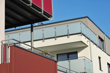 Balkone an moderner Hausfront mit Edelstahl-Glas-Geländer und Sichtschutz