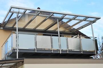 Stahl-Balkon mit Überdachung an moderner Hausfront