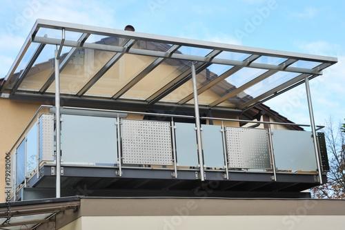 stahl balkon mit berdachung an moderner hausfront. Black Bedroom Furniture Sets. Home Design Ideas